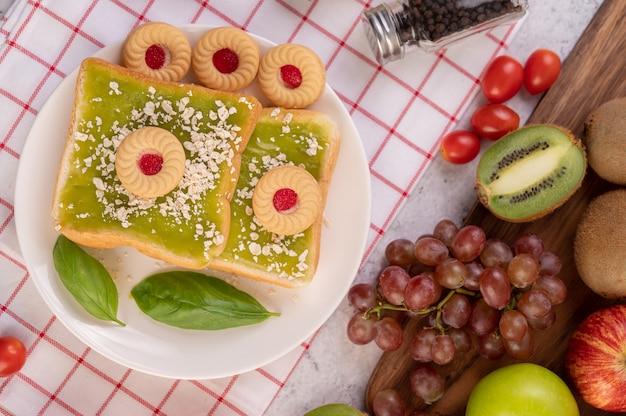 Brood bedekt met pandanvla en gevuld met desserts.