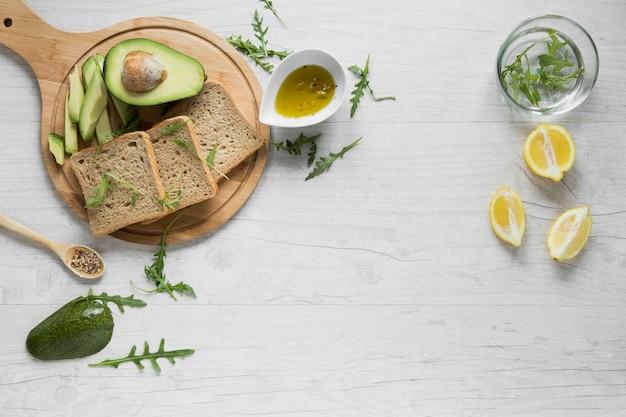 Brood bij de avocado aan boord