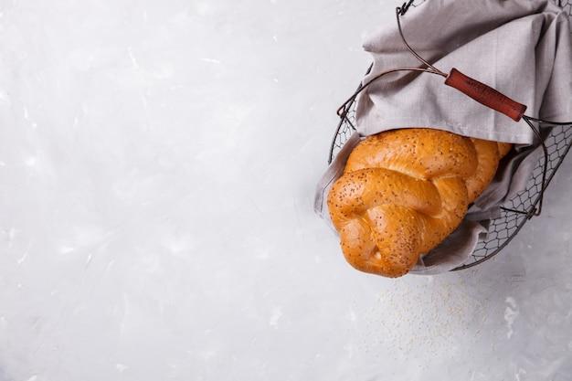 Brood challah met sesamzaadjes