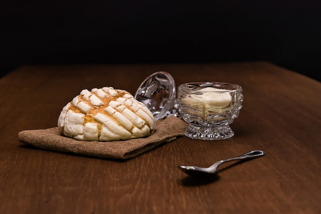 Brood concha en kopje suiker ontbijttafel