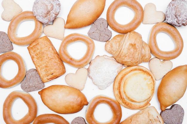Brood en bakkerijpatroon. verse broodset. gebakken goederen achtergrond