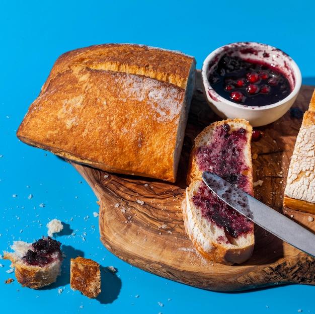 Brood en jam met overgebleven kruimels hoog uitzicht