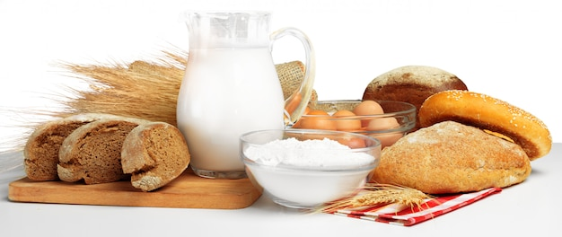 Brood en melk op tafel