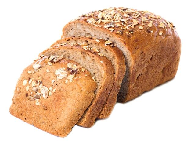 Brood en sneetjes geheel roggebrood geïsoleerd op een witte achtergrond