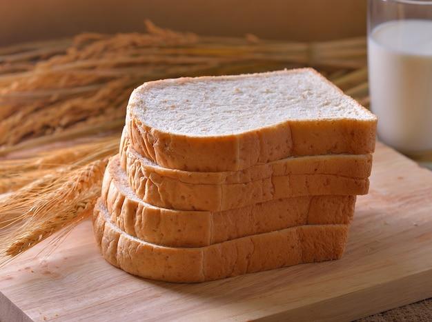 Brood en tarwe op houten