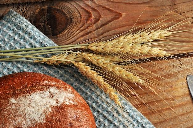 Brood en tarweoren op houten oppervlakte in rustieke stijl