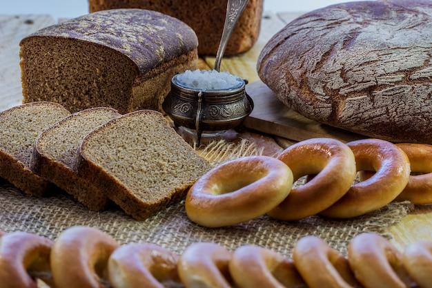 Brood en zout op tafel