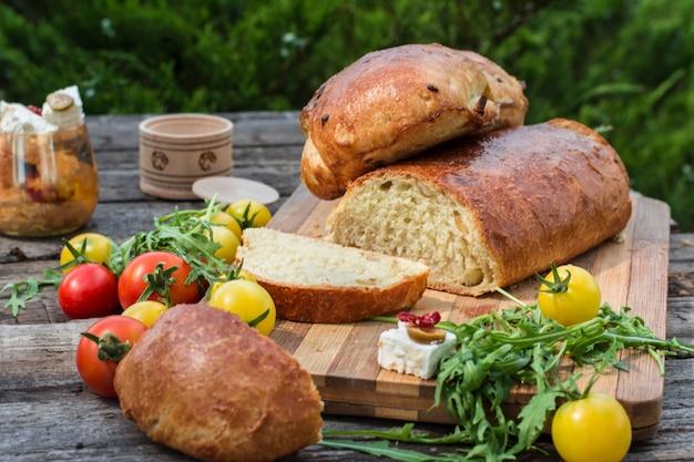 Brood. gele tomaat met rucola. feta-kaas met olijven en in de zon gedroogde tomaten. picknick