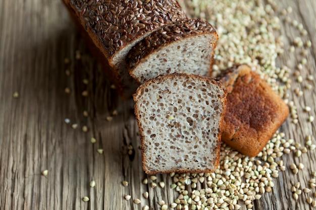 Brood gemaakt van biologische groene boekweit met toevoeging van lijnzaad