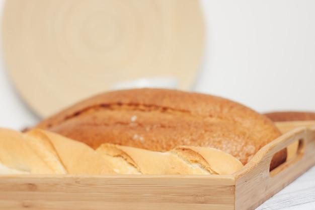 Brood in broodtrommel vers gebakken goederen voedsel rantsoen keuken versheid. hoge kwaliteit foto