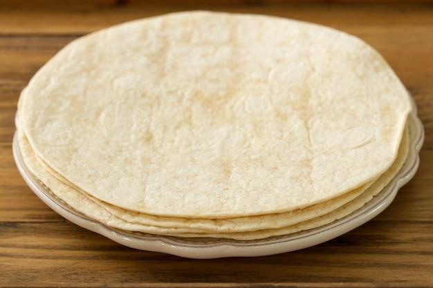 Brood in bruin houten oppervlak