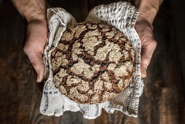 Brood in de handen van de mens.