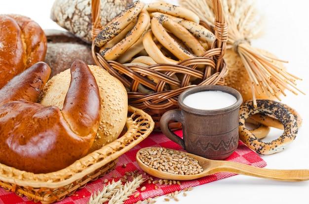 Brood in de samenstelling met keuken accessoires op tafel