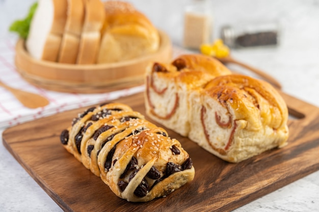 Brood in een houten lade op een rode en witte doek.