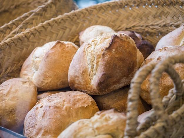 Brood in een mand op een markt in spanje.