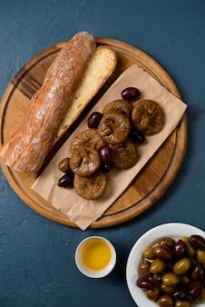 Brood lang brood, vijgen en dadels op een houten bord