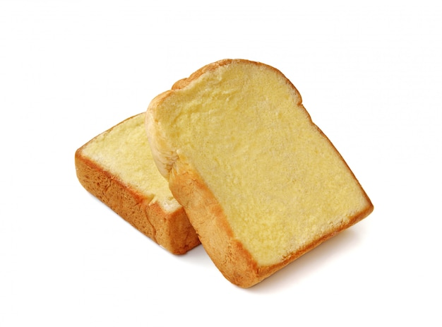 Brood met boter die op witte muur wordt geïsoleerd