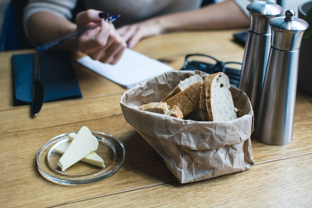 Brood met boter in restaurant