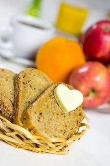 Brood met een hart van boter, gebakken eieren met spek.