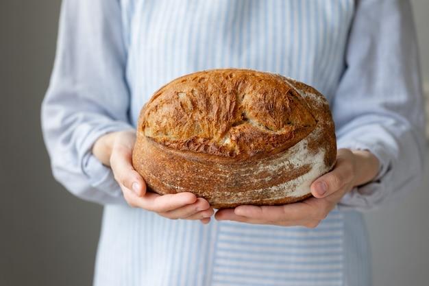 Brood met een krokante korst is mooi en smakelijk heerlijk brood ligt op een houten snijplank