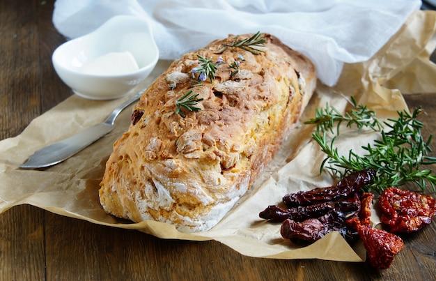 Brood met gedroogde tomaten, rozemarijn en knoflook