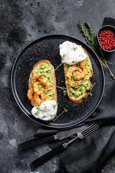 Brood met guacamole, gebakken garnalen, garnalen en ei