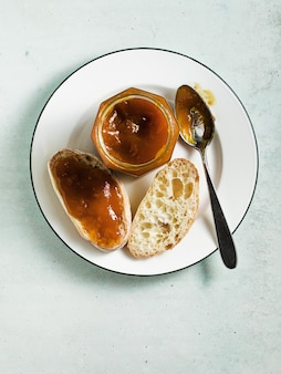 Brood met jam op een bord op tafel.