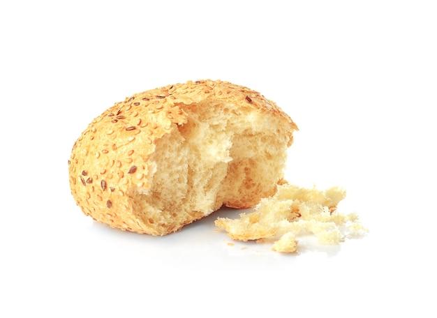 Brood met kruimels op witte achtergrond