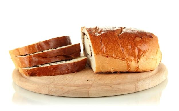 Brood met maanzaad op snijplank, geïsoleerd op wit