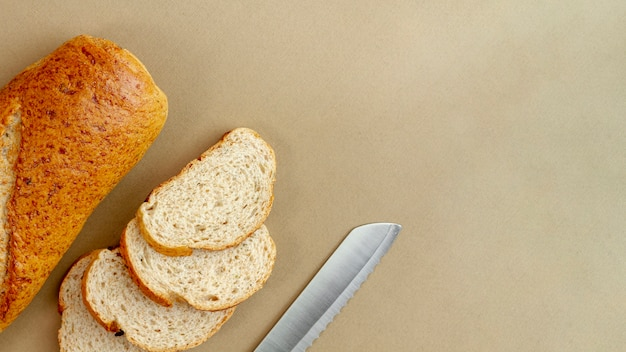 Brood met mes bovenaanzicht