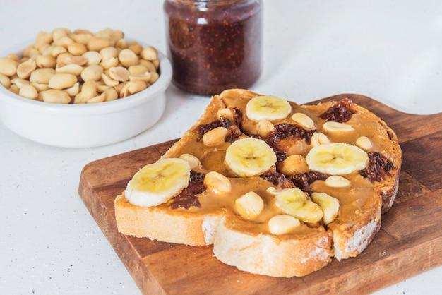 Brood met pindakaas en frambozenmarmelade