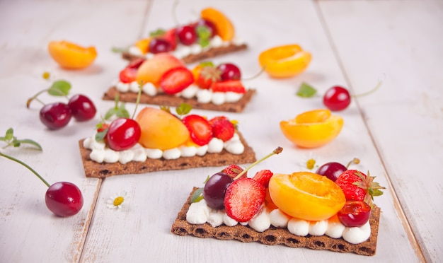 Brood met roomkaas, fruit en bessen