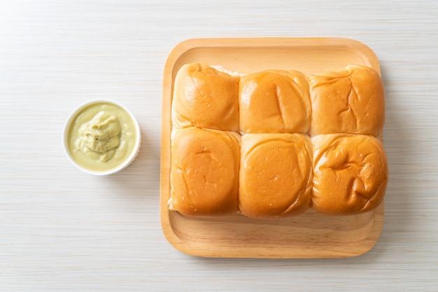 Brood met thaise pandan-vla op plaat