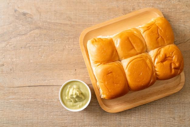 Brood met thaise pandancustard op plaat