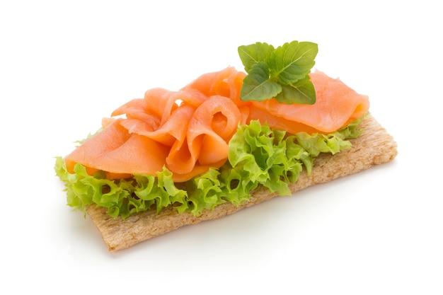 Brood met verse geïsoleerde zalmfilet