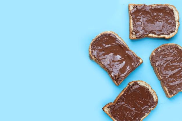 Brood met zoete chocolade hazelnoot op blauwe achtergrond.