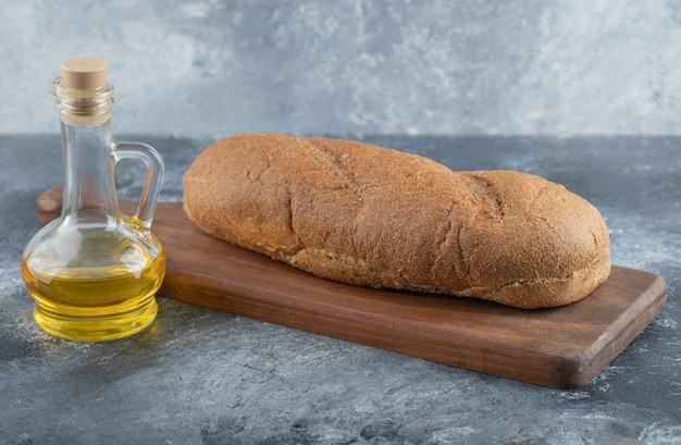 Brood op een houten bord. hoge kwaliteit foto
