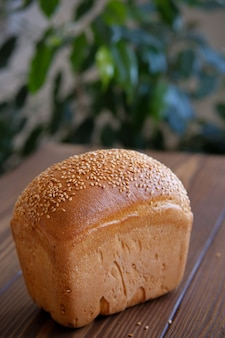 Brood op een houten tafel. landbouwproducten of zelfgemaakt gebak.