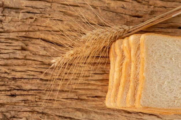 Brood op een houten tafel op een oude houten vloer.