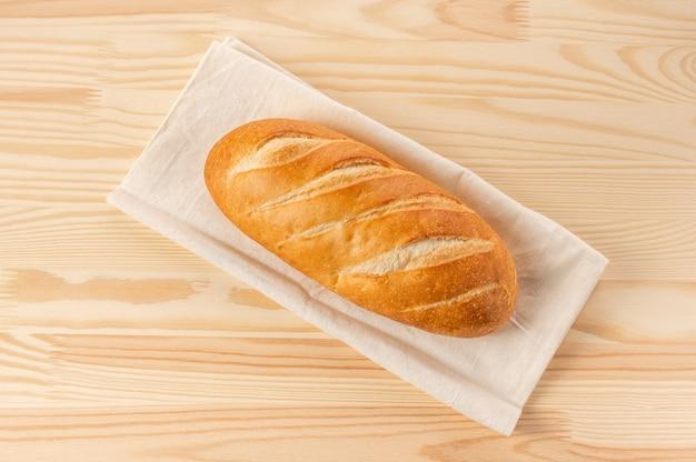 Brood op een houten tafel. vers brood op houten tafel.