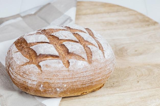 Brood op een houten tafel