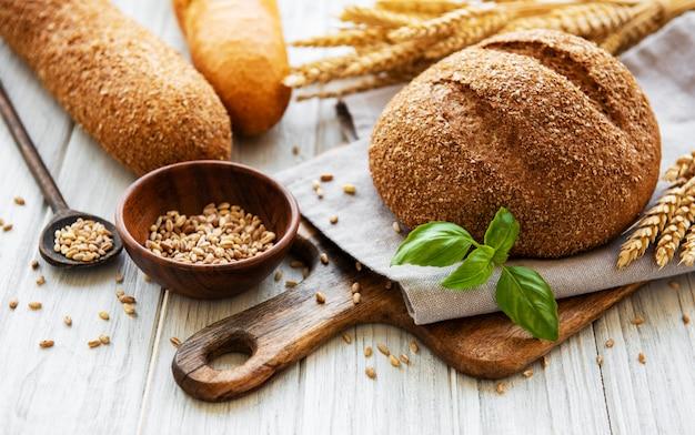 Brood op een oude witte houten tafel