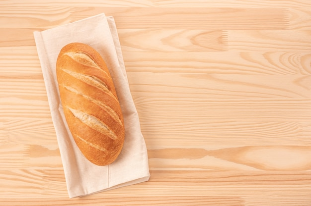 Brood op houten tafel achtergrond. heel brood. sjabloon zelfgebakken broodrecept. kosten van brood afhankelijk