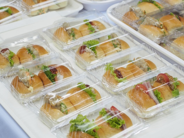 Brood, salade en varkensvleesverpakking in plastic doos, voor vergaderpauze.