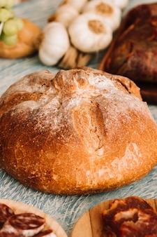 Brood te midden van diverse gerechten