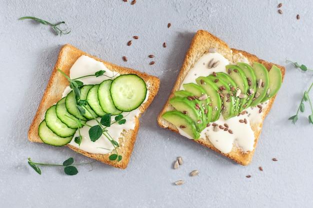 Brood toast met avocado, komkommer en kruiden.