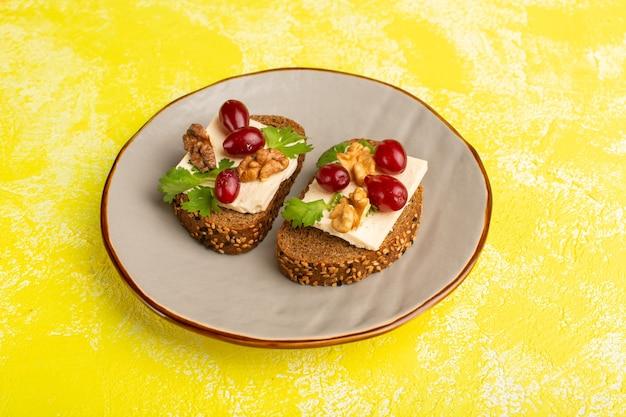 Brood toast met walnoot kaas en kornoelje binnen plaat op geel
