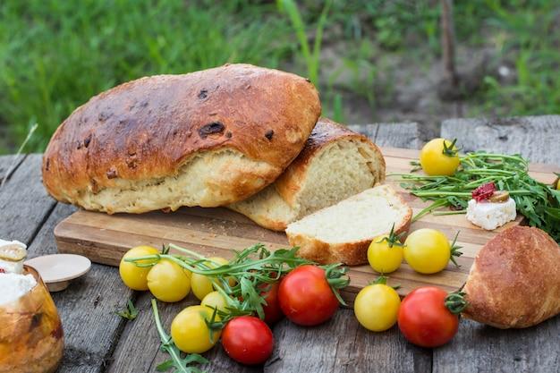 Brood. tomaten met rucola. feta-kaas met olijven en in de zon gedroogde tomaten. picnic, dinne