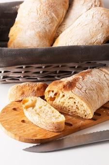 Brood van ciabatta van het gistdeeg van het voedselconcept het eigengemaakte artisanale klassieke italiaanse op witte achtergrond