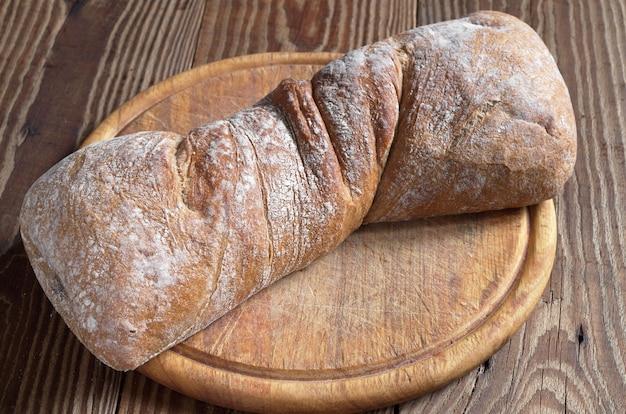 Brood van ciabattabrood op snijplank close-up